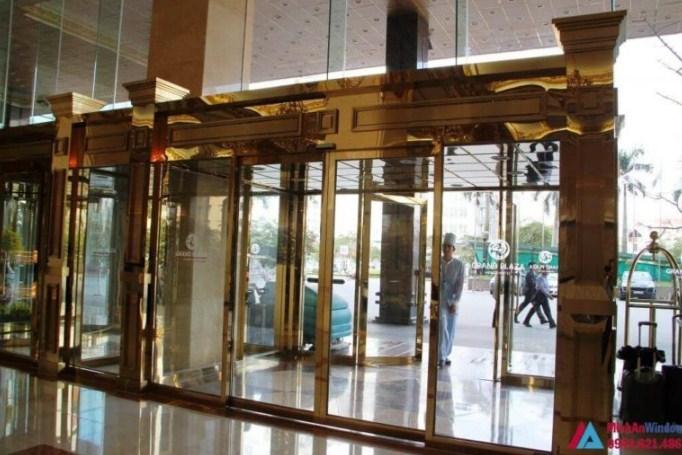 Mẫu cửa kính khung inox vàng gương đẹp sang trọng nhà hàng Hà Nội
